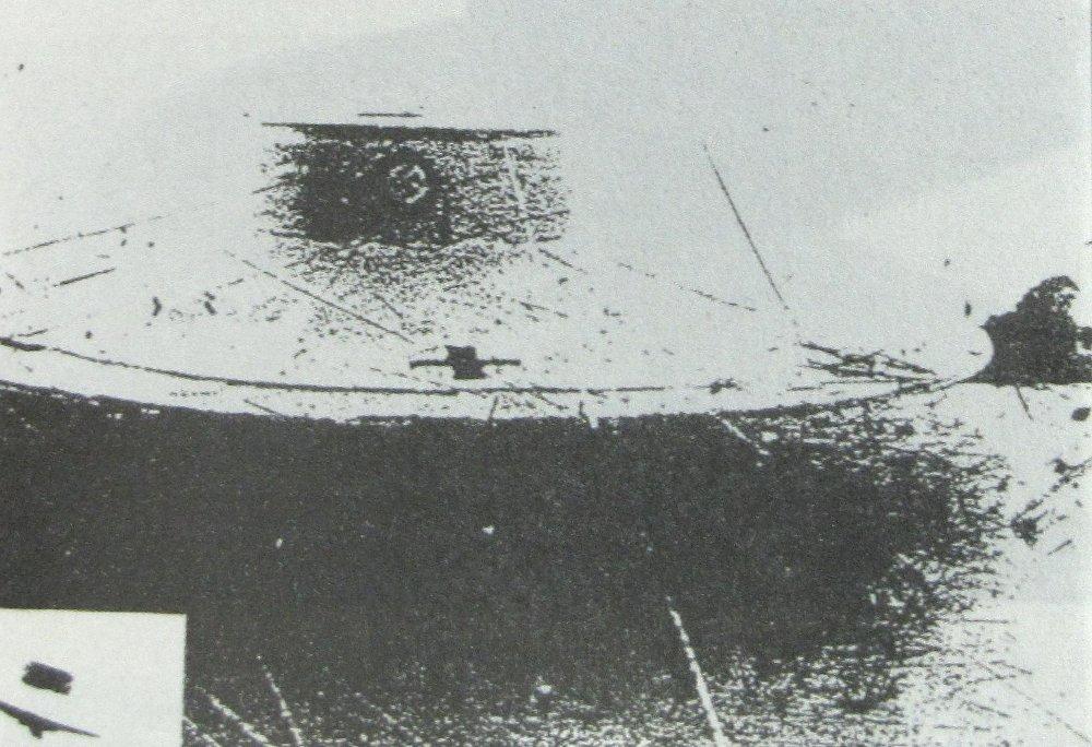 """Vril-7 преди първия си тестов полет, заснет от HS-126. Тук с """"екзотеричната марка"""" на обществото ВРИЛ (черен пречупен кръст на сребрист фон, заобиколен от виолетов дъбов венец) и без военна маскировка."""